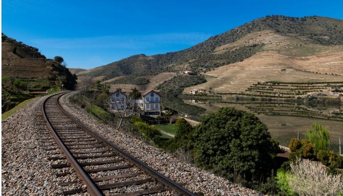 Uma boa e prática forma de chegar ao Douro é de comboio, numa linha com paisagens incríveis!