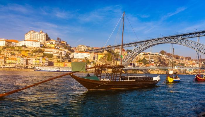 Num passeio pela cidade do Porto, uma visita à Ribeira e a realização de um Cruzeiro das Pontes é obrigatório!