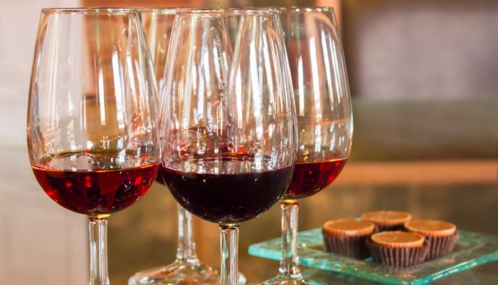 O Vinho do Porto Ruby matém a sua cor original de um vermelho vivo, com aromas de frutos silvestres e ameixas