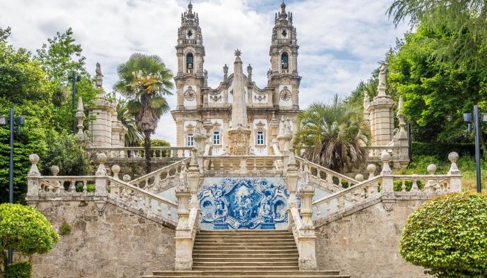 O encantador Santuário de Nossa Senhora dos Remédios oferece uma vista maravilhosa da cidade