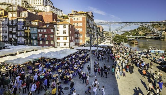 Durante a época alta, milhares de turistas passam pela zona ribeirinha do Porto