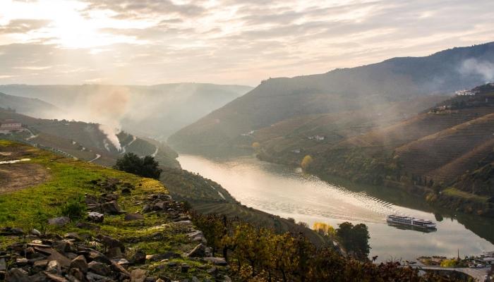 Uma boa e prática forma de chegar ao Douro é de comboio, numa linha com paisagens incríveis