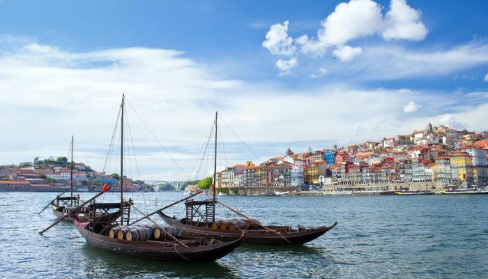Num passeio pela cidade do Porto, uma visita à Ribeira e a realização de um Cruzeiro das Pontes é obrigatório