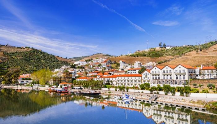 A vila do Pinhão é um pequeno refúgio escondido nas margens do Douro.