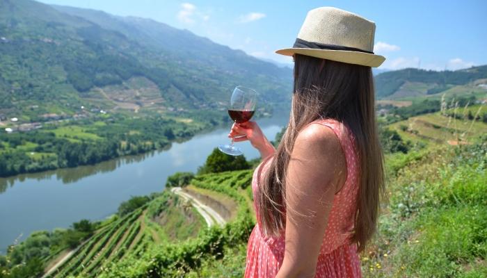 As paisagens do Douro são a combinação perfeita para apreciar um belo Vinho do Douro.