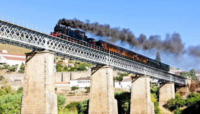 Além dos seus famosos Túneis, esta Linha passa ainda por inúmeras pontes na Região do Douro