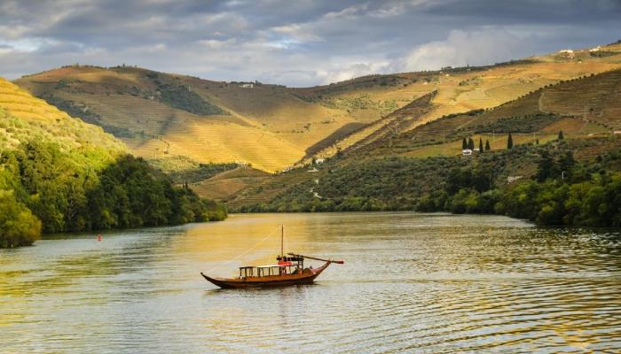 Um cruzeiro em típico barco rabelo é ideal para apreciar a beleza tradicional da região