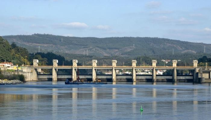 A Barragem de Crestuma-Lever é a última do Rio Douro e serve de travessia rodoviária entre Crestuma e Gondomar