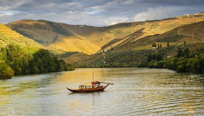 Um Cruzeiro em Barco Rabelo é uma das experiências mais típicas do Douro
