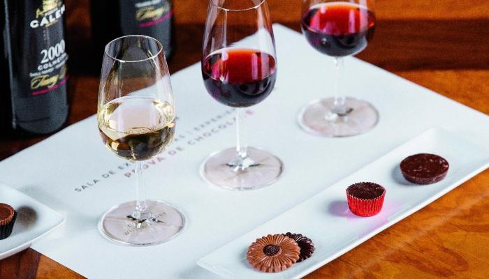 As Caves Cálem têm provas de degustação dos mais variados vinhos, com as combinações mais deliciosas.