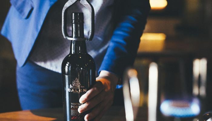 O espectáculo da abertura de uma garrafa de Vinho do Porto Vintage é um ritual muito peculiar
