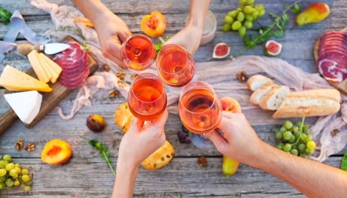 O jovial Vinho do Porto Rosé agrada a uma classe mais jovem e informal, sendo excelente como aperitivo e refresco