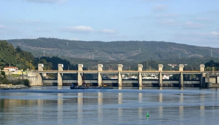 Durante o dia, podemos testemunhar a impressionante beleza do Douro e subir as barragens do Rio