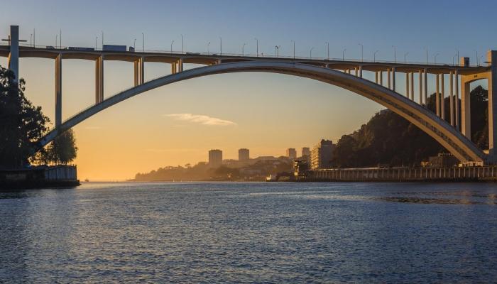 A Ponte da Arrábida tem a assinatura de Edgar Cardoso e foi concluída em 1963.