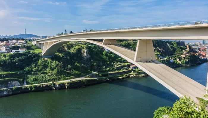 A Ponte D.Henrique é a mais recente e mais longa de ponte em arco em todo o Mundo.