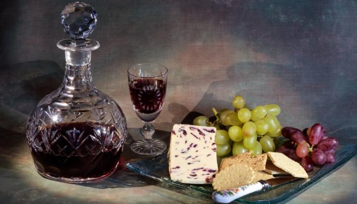 Os queijos vão saber ainda melhor se os fizer acompanhar de um Vinho do Porto