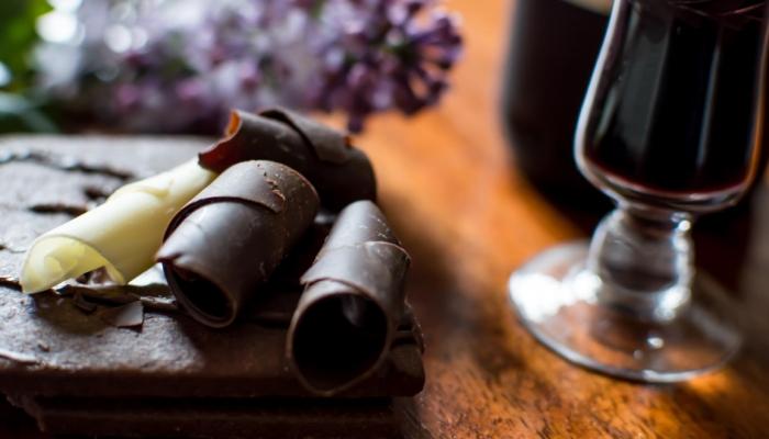 Aliar o Vinho do Porto ao chocolate pode parecer estranho mas é sucesso garantido (e calórico)