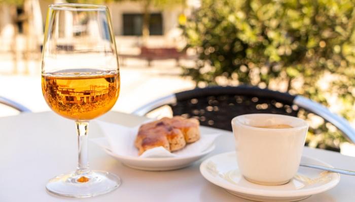 O Moscatel Galego Branco, o mais perfumado da família, é doce, licoroso, de sabor glicerinado a mel e compotas