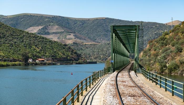 A bela Ponte Ferroviária da Ferradosa, a ponte mais baixa do percurso do Douro