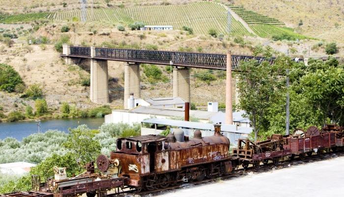 A magnífica Ponte Metálica do Pocinho, com tabuleiro ferroviário e rodoviário