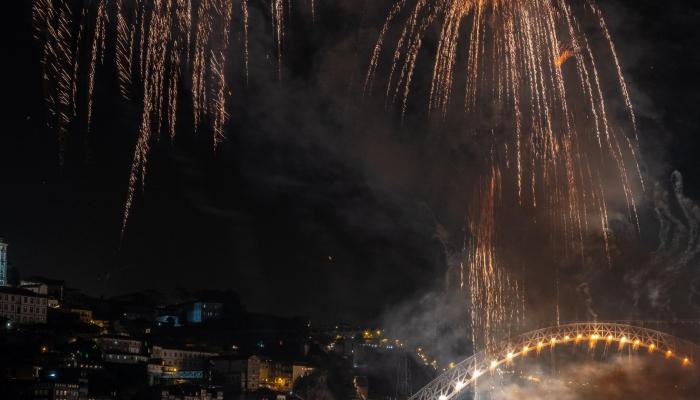 O fogo de artifício sob o Rio Douro é um dos mais aguardados espectáculos de pirotecnia do país!