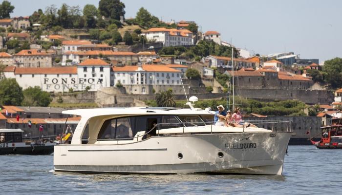 Um cruzeiro em iate pelas margens do Porto e Gaia, proporcionando momentos magníficos