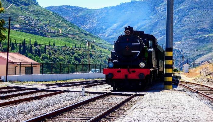 As viagens de comboio mais aclamadas do Douro regressam ao Douro.