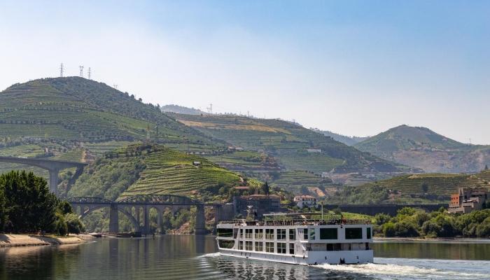 Aliar uma viagem em comboio histórico com um cruzeiro no Douro será uma experiência memorável. Contacte-nos!