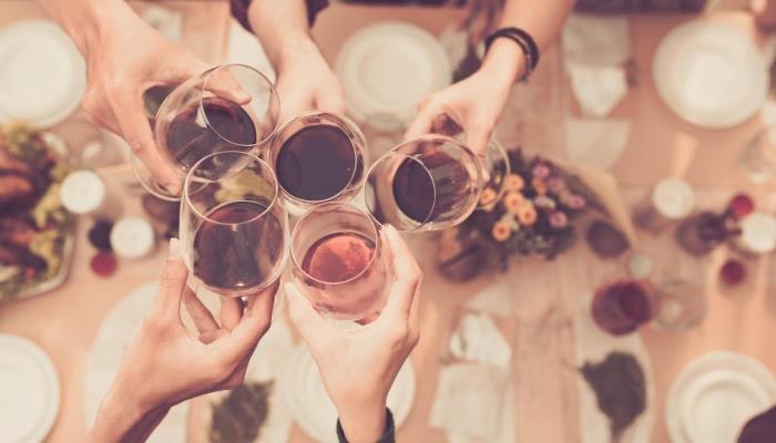 Presenteie os seus amigos com um bom vinho e todos irão adorar o seu jantar