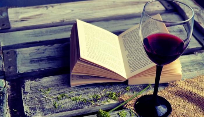 Traga o livro que já tem na calha para ler á algum tempo e desfrute da calma do Douro enquanto lê!